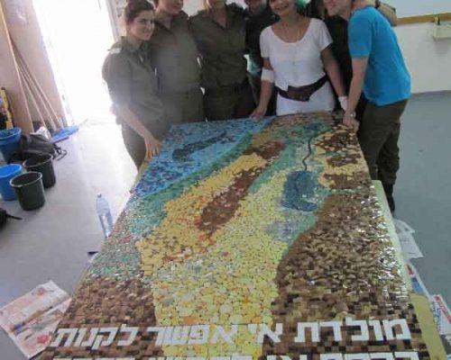 פסיפס מפת ארץ ישראל עם חיילות בבסיס הדרכה
