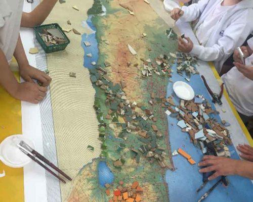 פסיפס מפת ארץ ישראל עם ילדי בית ספר אריאל ברעננה